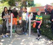 Die Spenderinnen Alexandra Sanz (links) und Dr. Maike Mazurkiewicz am gespendeten Schwingspiel freuen sich mit Karla Morath und Ortsvorsteher Räuber (rechts) und dem Bautrupp der Technischen Dienste über die geglückte Umgestaltung des Spielplatzes an der