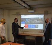 Monika Marx und Tobias Obert (Stadtwerke) freuen sich gemeinsam mit Oberbürgermeister Klaus Eberhardt über den gelungenen Web-Auftritt der Stadtwerke, der online ging.