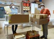Christine Tortomasi von der Quartiersarbeit (links) und Bibliotheksleiterin Andrea Strecker (rechts) mit den fertig gepackten Adventskalender-Tüten.