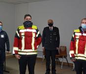 Oberbürgermeister Klaus Eberhardt, Feuerwehrkommandant Dietmar Müller und Gerätewart Sebastian Schmidt (von rechts) freuten sich mit dem Vertreter der Firma Viking, Michael Dietrich (links), über den Erhalt der neuen Einsatzjacken.