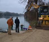 """Oberbürgermeister Klaus Eberhardt und der kommissarische Leiter des Stadtbauamtes, Tobias Obert, verfolgten aufmerksam das """"Einschwimmen"""" der neuen Anlegestelle für Kanu- und Wasserwanderer unterhalb des Haus Salmeggs."""