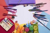 Schulmaterialien liegen auf einem Tisch