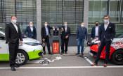 Freuen sich über die neue Ladesäule in der Cesar-Stünzi-Straße: Dr. Jörg Reichert (Vorsitzender der Geschäftsleitung von Energiedienst), Nils Hoesch (Leiter E-Mobility von Energiedienst), Christian Eschbach (Vorstandsmitglied der Sparkasse Lörrach-Rheinfe
