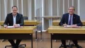 Dr. Jörg Reichert, Vorstand Energiedienst AG, und Oberbürgermeister Klaus Eberhardt unterzeichnen den Letter of Intent für eine langfristige Zusammenarbeit im Bereich der Nahwärme.
