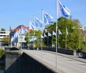 Anlässlich der Abschlusstage der Internationalen Bauausstellung IBA Basel wehen IBA Fahnen auf der Rheinbrücke.