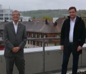 Oberbürgermeister Klaus Eberhardt begrüßt den neuen Wirtschaftsförderer Michael Meier.