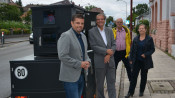 Dominic Rago (Leiter Amt für öffentliche Ordnung), Oberbürgermeister Klaus Eberhardt, Bürgermeisterin Diana Stöcker und Michael Wolf von der Firma EMV überzeugten sich von der Flexibilität und Leistungsfähigkeit der neuen mobil-stationären Geschwindigkeit