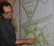 Christof Luz zeigt den neuen Standort des Löwenbrunnens in der Rheinbrückstraße.