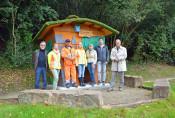 Ortvorsteher Jürgen Räuber, Monika Marx, Tommaso Gioia, Melanie Wick, Karla Morath, Matthias Huber und Oberbürgermeister Klaus Eberhardt (von links) freuen sich über den neu gestalteten Spielplatz.
