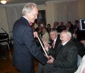 Prof. Dr. Hans Rudolf Henche übergibt den Ehrenpreis an Julius Birlin.
