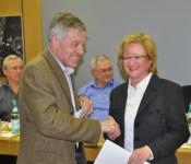 Oberbürgermeister Eberhard Niethammer (vorne) gratuliert Sabine Hartmann-Müller zur Wahl.