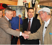 Oberbürgermeister Eberhard Niethammer und Bürgermeister Jörg Lutz begrüßen am Stand von Raff Taff die Messebesucher.