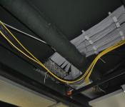 Neue Kabelstränge unter der Decke