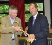 Oberbürgermeister Klaus Eberhardt nimmt den Rathausschlüssel entgegen.