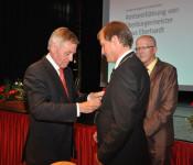 Eberhard Niethammer (links) überreicht Klaus Eberhardt die Amtskette.