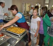 Tischeweise kommen die Schüler zur Essensausgabe, damit es kein Gedränge gibt.