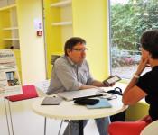 Antonius Latsch-Gulde berät im kleinen Kreis zur Nutzung von E-Book-Readern.