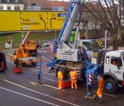 Abbau der Schilderbrücke bei der Rudolf-Vogel-Anlage