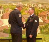 Günter Lenke überreichte Gerhard Salg die Ehrennadel.