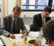 Oberbürgermeister Klaus Eberhardt und Wirtschaftsförderer Elmar Wendland leisten ihre Unterschriften.