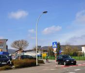 Fußgängerüberweg mit umgerüsteter Straßenlaterne