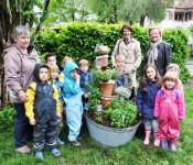 Dominique Brugger, Ursula Philipps, Sabine Hartmann-Müller und die Kinder vom Kiga St. Urban
