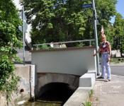 Karla Morath begutachtet die sanierte Dorfbachbrücke.