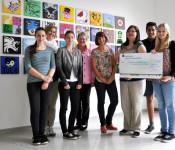 Die Klasse 8b überreicht 4.500 Euro an Christine Glowania (3. von rechts).