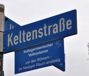 Die Zusatzschilder geben Auskunft über historische und kulturelle Straßennamen.