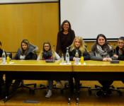 Sigrid Gerhartz (Mitte) und die Schüler