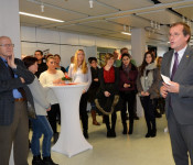 Oberbürgermeister Klaus Eberhardt (rechts) spricht zu den Beschäftigten.