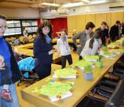 Präsentation der individuell gestalteten Mensch-Ärger-Dich-Nicht-Spiele bei der Tschüss-Gala mit den Eltern