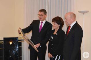 Übergabe der Ehrenpreis-Urkunde an Angelika Rutner