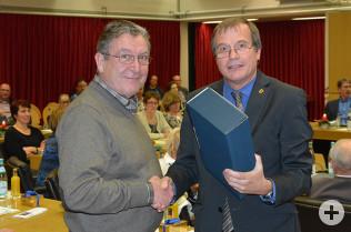 OB Eberhardt überreicht Jürgen Räuber (links) ein Präsent zu seiner 35jährigen Tätigkeit als Kommulapolitiker bei der Stadt Rheinfelden (Baden).