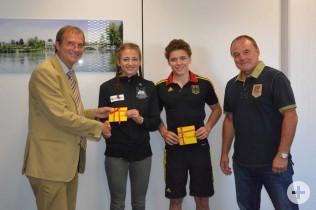 OB Klaus Eberhardt und Aribert Gerbode (TUS Adelhausen) freuen sich über die sportlichen Erfolge von Elena Brugger und Johannes Voegele.