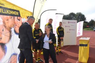Bürgermeisterin Diana Stöcker bedankte sich bei Peter Dettelmann, Standortleiter Evonik in Rheinfelden, für die gute Zusammenarbeit in vielen Bereichen.