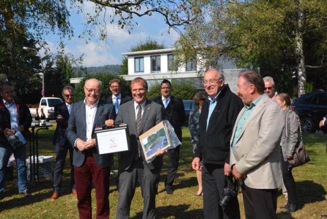 Dr. Norbert Dietrich (Bürgerstiftung) übergibt an Oberbürgermeister Eberhardt ein Warungsset für den Parcours. Rechts im Bild: Helmut Reif und Paul Renz, die das Projekt eng begleitet haben.