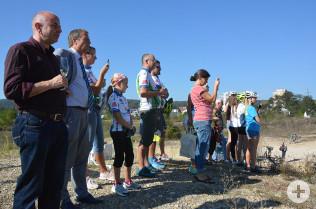 Tobias Obert, Klaus Eberhardt und Kinder und Erwachsene des SG Rheinfelden freuen sich über die Eröffnung des Pumptrack.