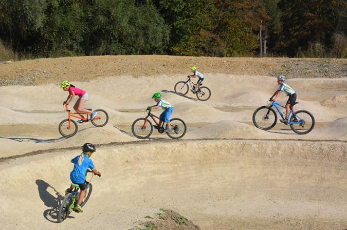 Die ersten Radsportfreunde probieren mit Begeisterung die Anlage aus.