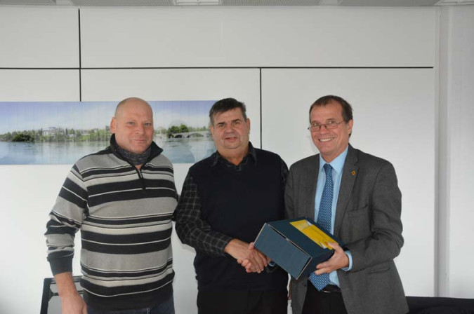 Oberbürgermeister Klaus Eberhardt und der Leiter der Technischen Dienste, Siegfried von Au, verabschiedeten Theo Bär schweren Herzens in den Ruhestand.
