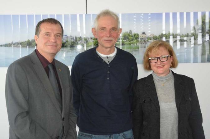 Bildtext: Oberbürgermeister Klaus Eberhardt und die Hertener Ortsvorsteherin Sabine Hartmann-Müller gratulierten Thomas Böhler zu seinem 25-jährigen Dienstjubiläum bei der Stadt.