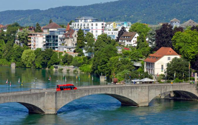 Der grenzüberschreitende Stadtbus fährt über die Rheinbrücke nach Rheinfelden (Baden).