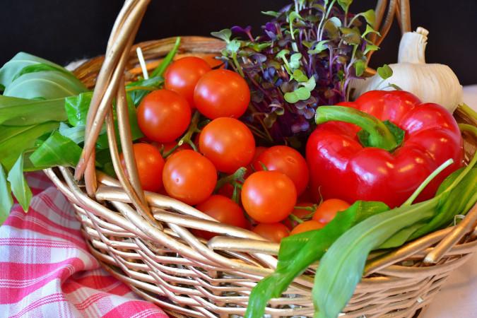 Korb mit Gemüse befüllt