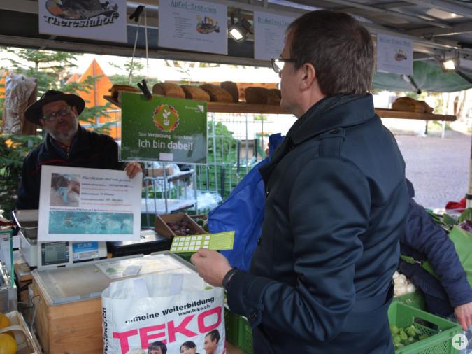 Oberbürgermeister Klaus Eberhardt eröffnet den verpackungsfreien Markt.