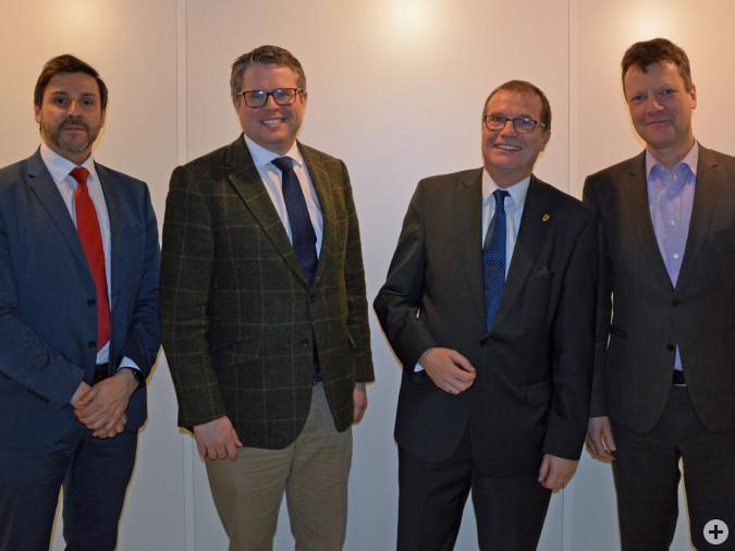 Auf dem Weg zu einer gemeinsamen Energieversorgung GmbH & Co.KG: Martin Ritter (Stadtwerke Bad Säckingen GmbH), Bürgermeister Dr. Tobias Benz (Grenzach-Wyhlen), Oberbürgermeister Klaus Eberhardt (Rheinfelden) und Markus Nägele (ED Netze GmbH).