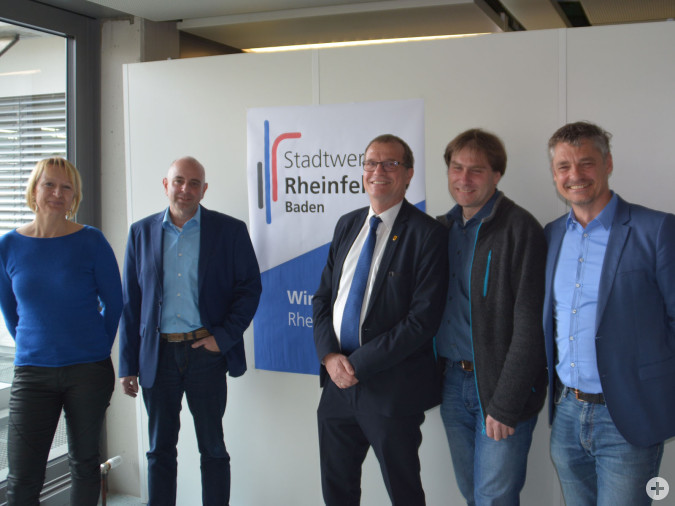 Monika Marx und Tobias Obert (Leitung Stadtwerke) freuen sich mit Oberbürgermeister Klaus Eberhardt, Betriebsführer Dr. Daniel Weiß und Rolf Pfeifer von endura kommunal auf die neue Rolle der Stadtwerke als Energieversorger.