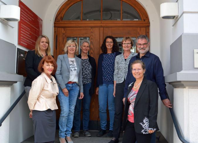 Stellten das neue Rahmenkonzept vor: Cornelia Rösner, Kerstin Jüngerkes, Annette Sigmund, Nicole Kolacek, Sabine Kreil, Doris Cimander, Armin Zimmermann und Bürgermeisterin Diana Stöcker (von links).