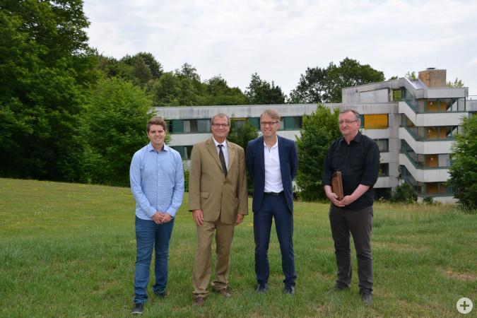 Marco Wenk (Stadt Rheinfelden), Oberbürgermeister Klaus Eberhardt, Armin Müller (Geschäftsführer Kliniken des LK Lörrach) und Michael Mutterer (Architekt) freuen sich über die gefundene Lösung für das Schwesternwohnheim (Gebäude im Hintergrund).