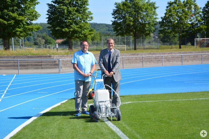 Dieter Wild, Vorsitzender des Stadtsportausschusses, und Oberbürgermeister Klaus Eberhardt freuen sich über den neuen Rasenplatz im Europastadion.