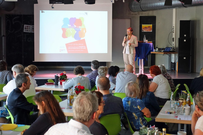 Bürgermeisterin Diana Stöcker begrüßte die Teilnehmerinnen und Teilnehmer der Abschlusskonferenz zum Integrationskonzept im Jugendhaus.